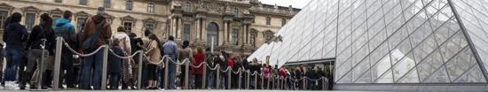 Visitantes esperando para acceder al Museo del Louvre (París)